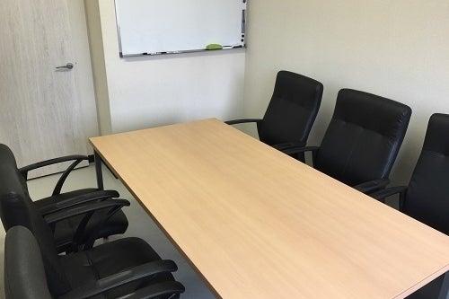 【川口駅徒歩2分】格安!設備充実のシンプルな会議室 の写真
