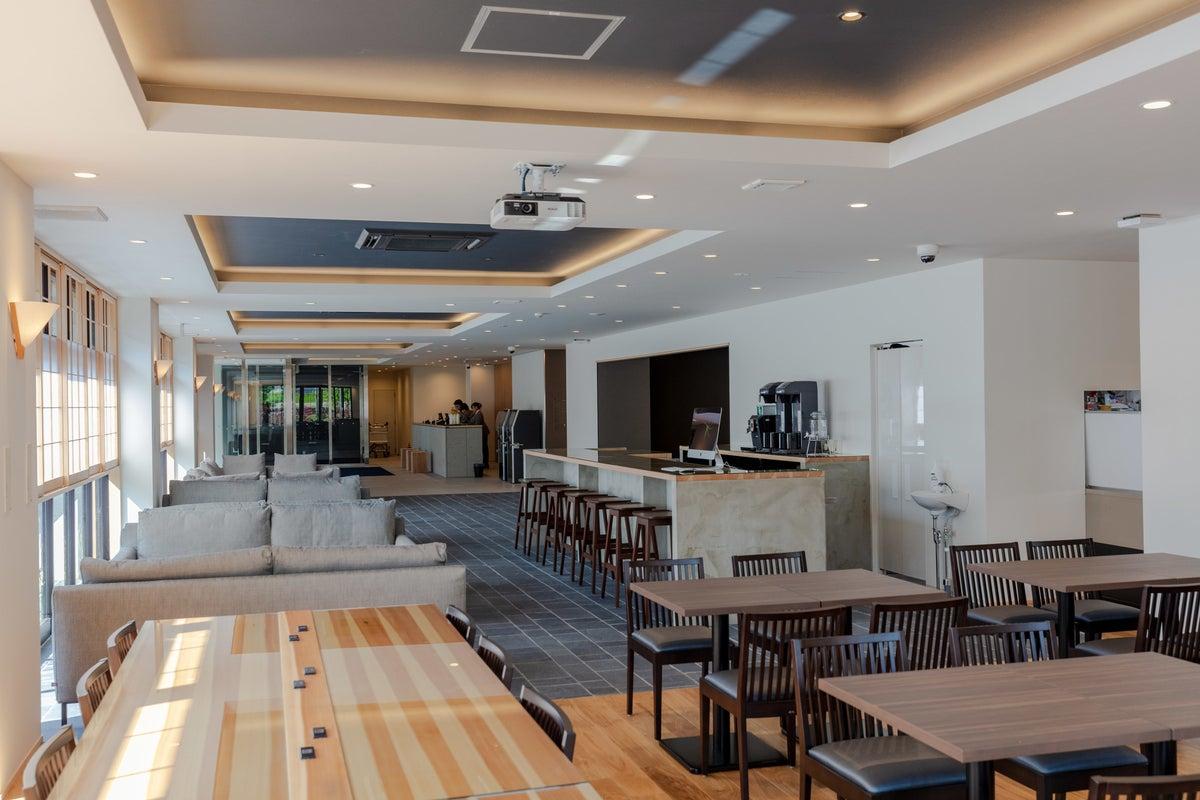ホテル1階にある解放感あるスペース(テラス席あり)でビジネス展開を♪ の写真