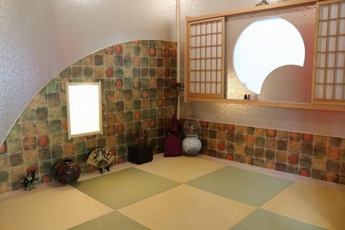 囲炉裏を囲んで、会議、撮影、各種パーティー、業務用の厨房付き の写真