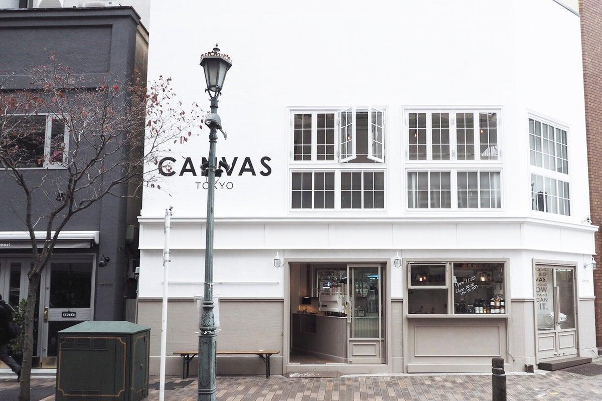 【 広尾 】ファッション誌等の撮影スポット、街の角地に佇む白の外観が印象的な複合型ショップ「CANVAS TOKYO」 の写真