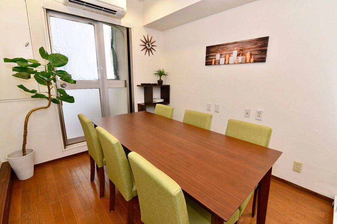 〈エキチカ会議室リーフ〉名駅徒歩2分/カフェのような空間/プロジェクター無料/8名収容 の写真