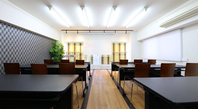 名古屋駅徒歩5分の好立地!通常24名、プラス椅子4つ最大28名収容可能☆コンビニ、居酒屋共に徒歩30秒