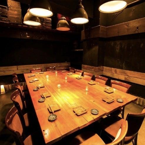 【新宿】靖国通り側の好立地!大きなテーブルや広々とした空間はゲーム大会や各種パーティー、会議等にもおすすめです(ひもの屋新宿区役所) の写真0