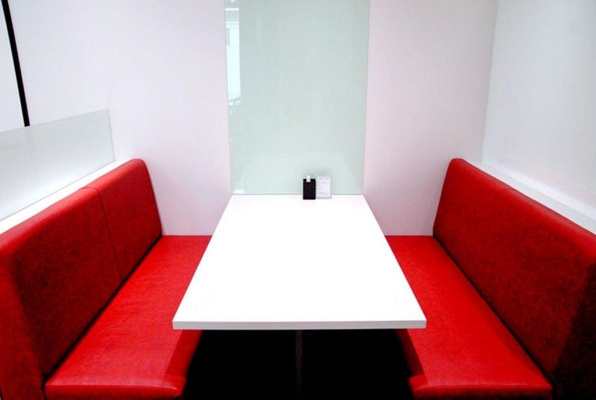 JR秋葉原駅から30秒!赤いソファがスタイリッシュなミーティングルーム/ソファールーム(4名収容)(秋葉原駅前会議室) の写真0