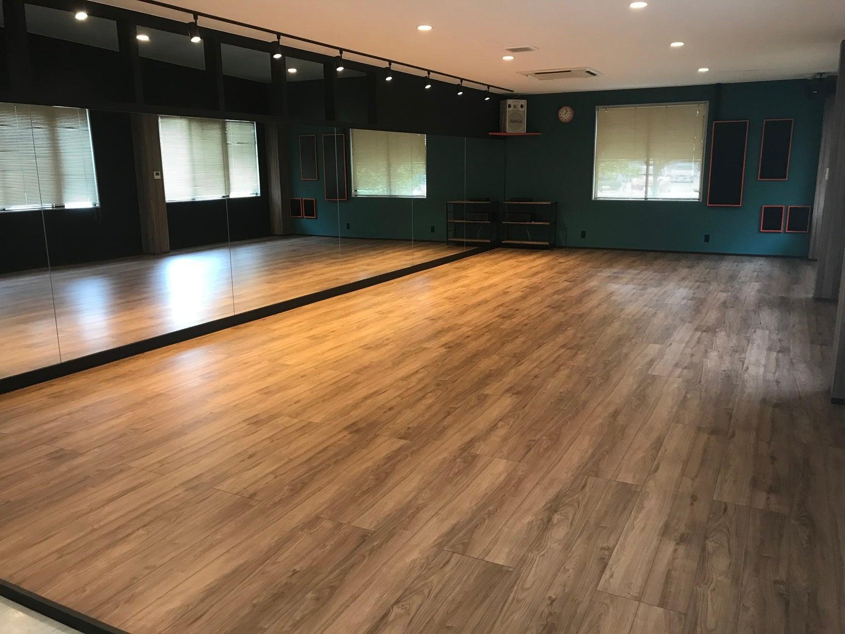広々とした快適な空間が2部屋あり、最大60名収容!駐車場50台可能!(一階はダンス、二階は60名収容可能、研修、会議、ダンスなどで使用できる多目的ルームです!) の写真0