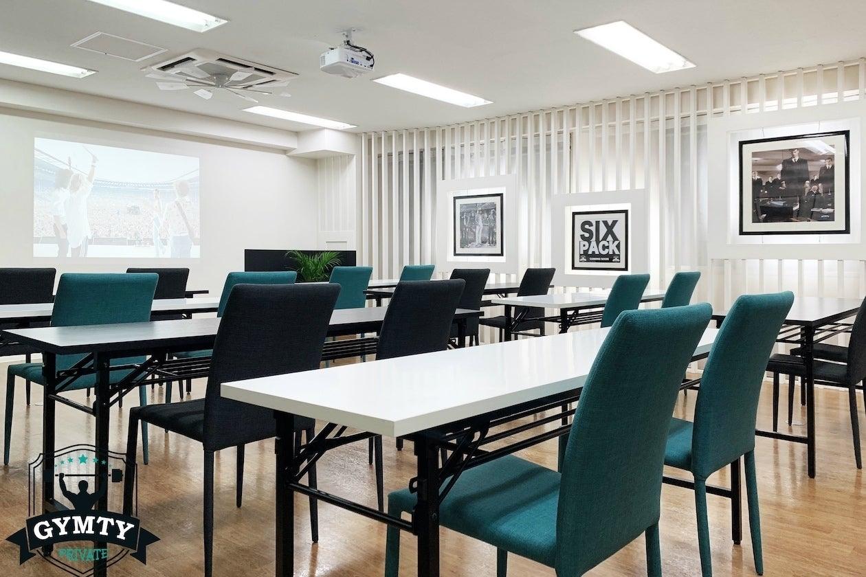 【西梅田駅徒歩3分】貸会議室(41㎡ 着席24名)WindowsPC プロジェクター WiFi使用無料 の写真
