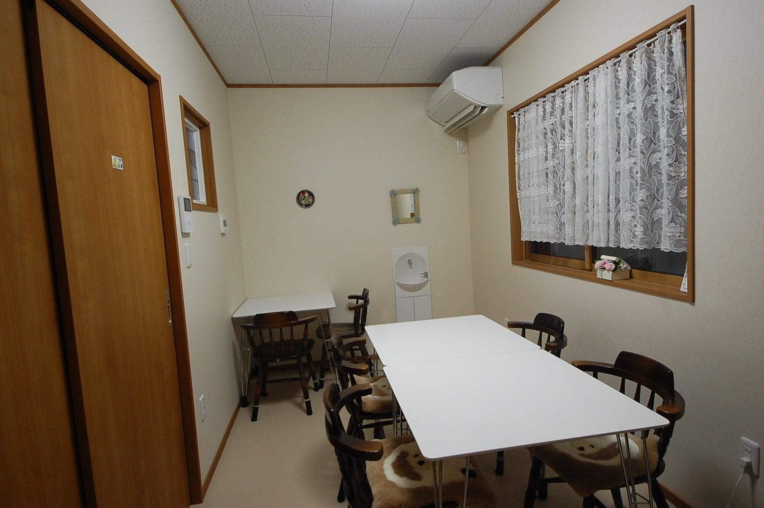 【中部屋】(収容人数6名程度)レンタルサロン美明日 会議・面接・女子会などに! の写真