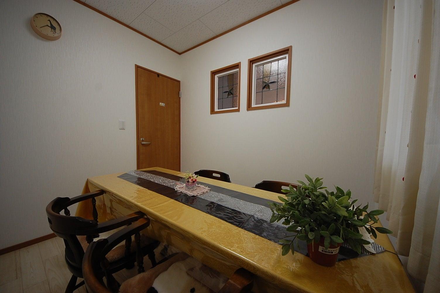 【小部屋】(収容人数4名程度)新築オープン!レンタルサロン美明日 会議・面接・女子会などに! の写真