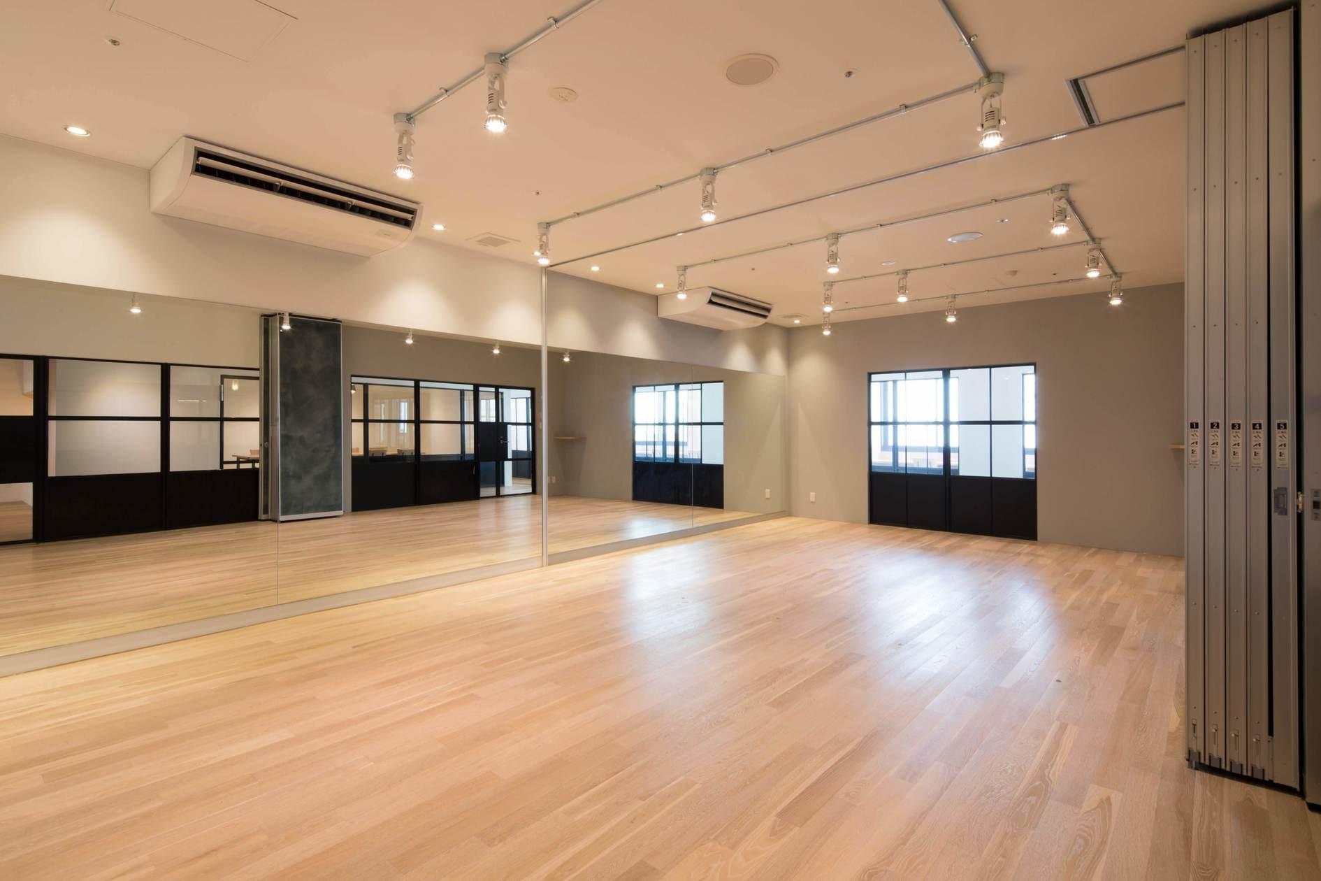 【広大な駐車場つき】ヨガ・ダンス・セミナー、多目的に使える鏡張りレンタルスタジオ【会議机・イス・Wi-Fi・プロジェクター無料】(業務用キッチン・スタジオ・会議室を備えたコワーキングスペース!イベント・会議・ワークショップ対応可能) の写真0