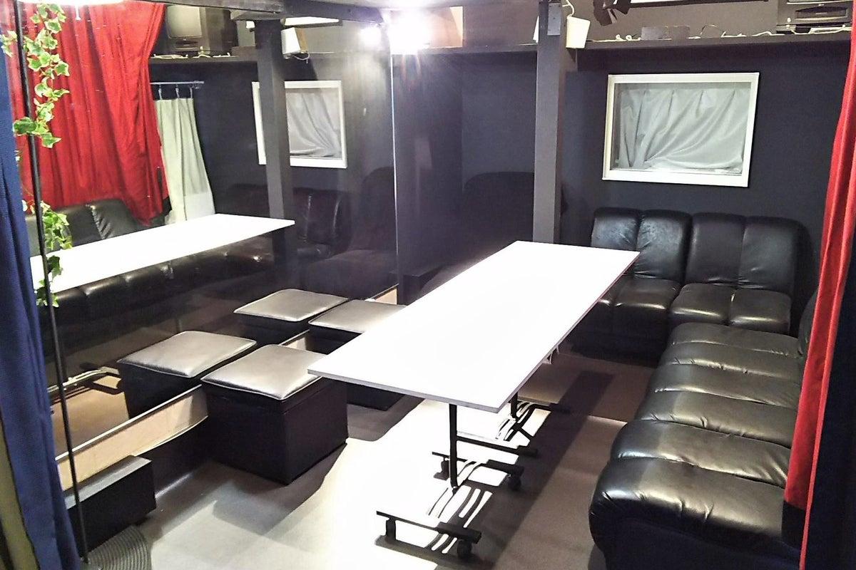 大きな鏡の8人席スペース 貸切・自動インアウト可 の写真