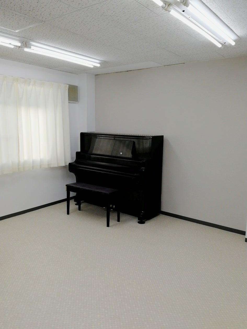 アップライトピアノ、窓に大きなホワイトボード有り!少人数でのご利用に最適。 の写真