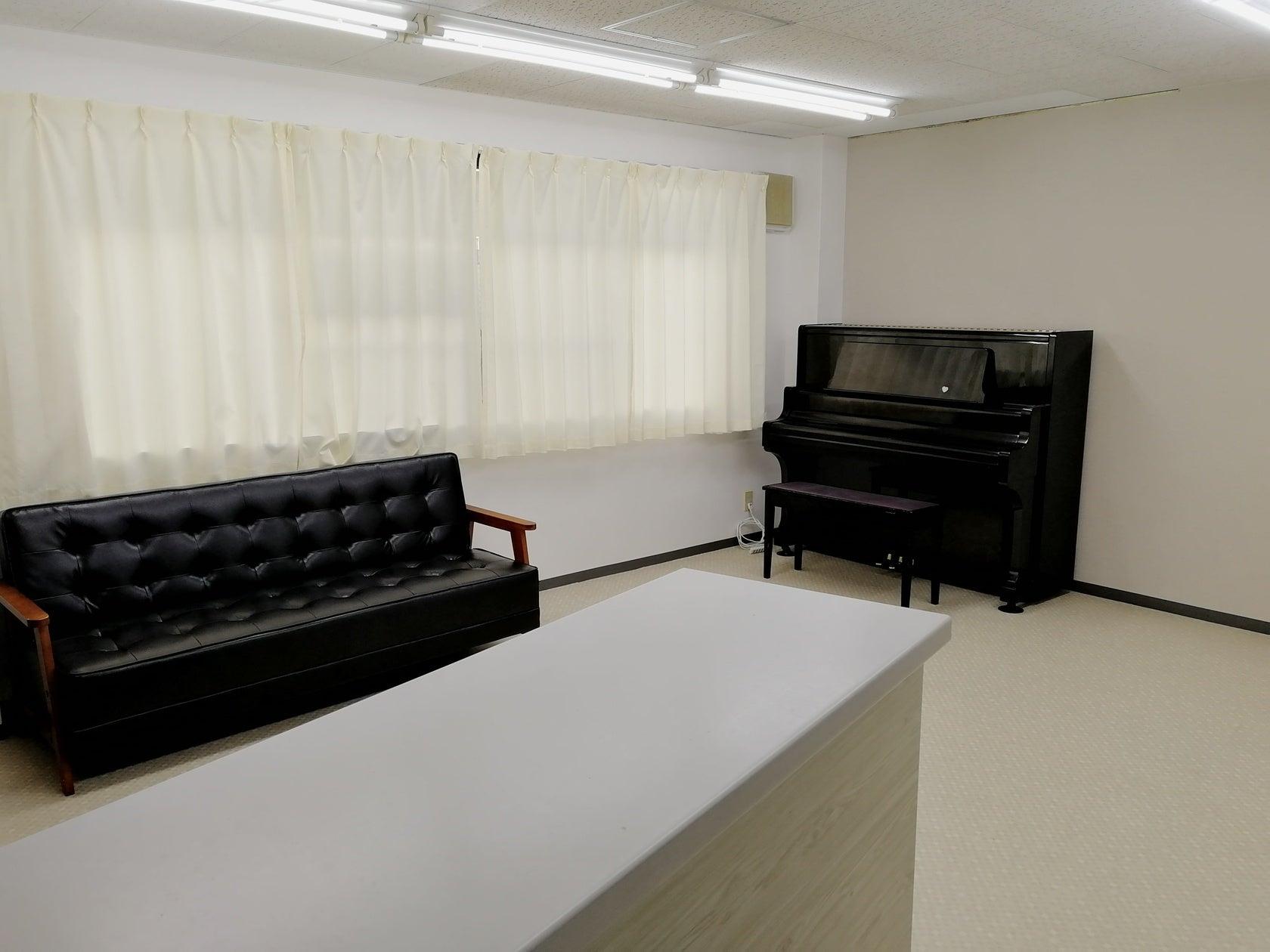アップライトピアノ、窓に大きなホワイトボード有り!少人数でのご利用に最適。
