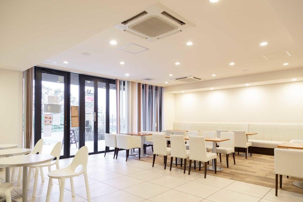 白が基調の広々カフェ!飲食出店はもちろんイベントスペースとしても。キッズルーム授乳室完備 の写真