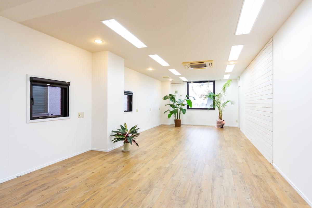 白を基調とした約40㎡の新しくて明るいスタジオです!無料の広い駐輪場もあります! の写真