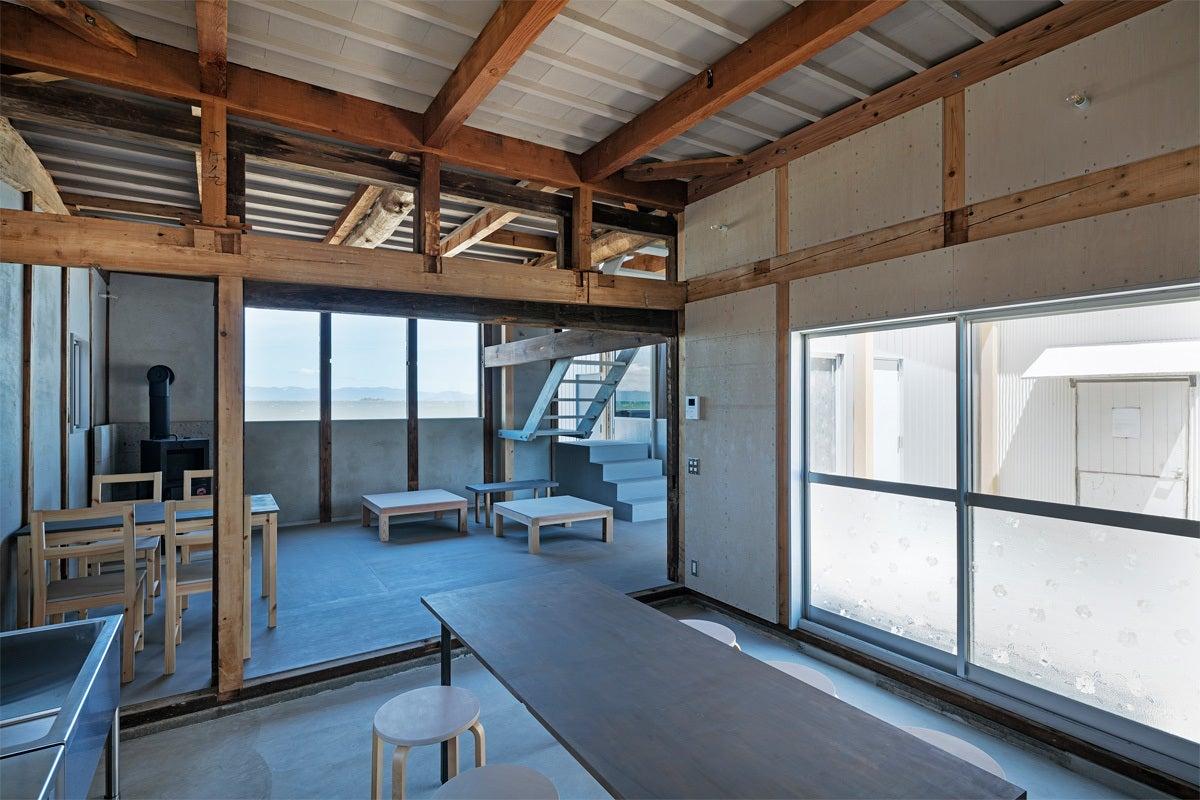 琵琶湖のほとりに建ち、四季の移ろいを感じてもらうことができるコミュニティスペース。 の写真