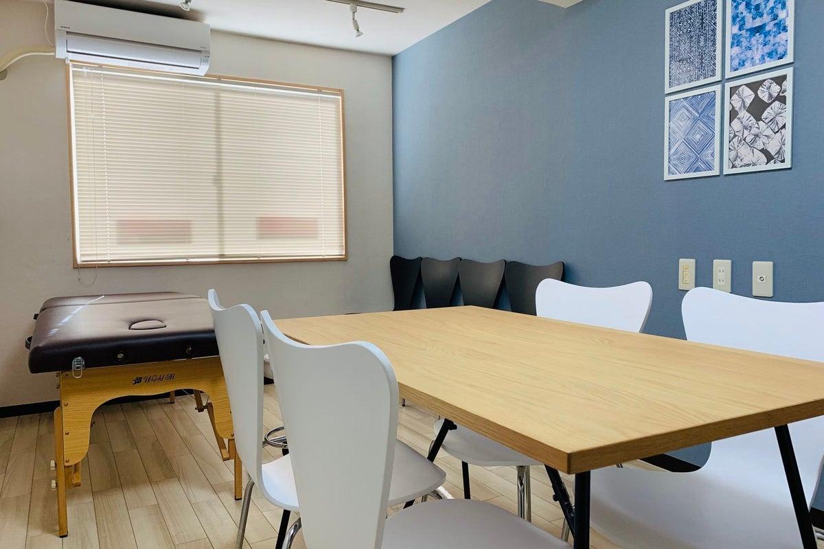 東中野駅30秒! 施術用ベッドと小さなミーティングスペースのあるレンタルサロンを1時間から【まちの会議室★東中野】<インディゴ> の写真