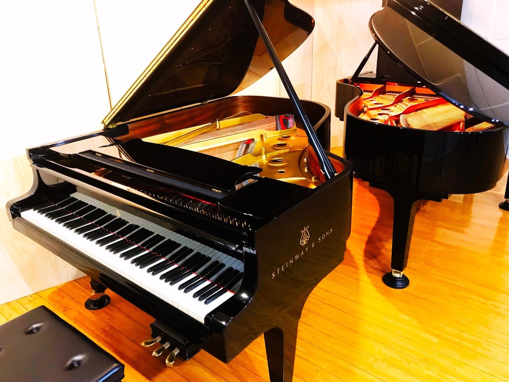 グランドピアノ2台常設!!ピアノスタジオ♫撮影やピアノの練習、小規模コンサートなどに♫(グランドピアノ2台常設!!ピアノの練習や小規模コンサートなどに★) の写真0