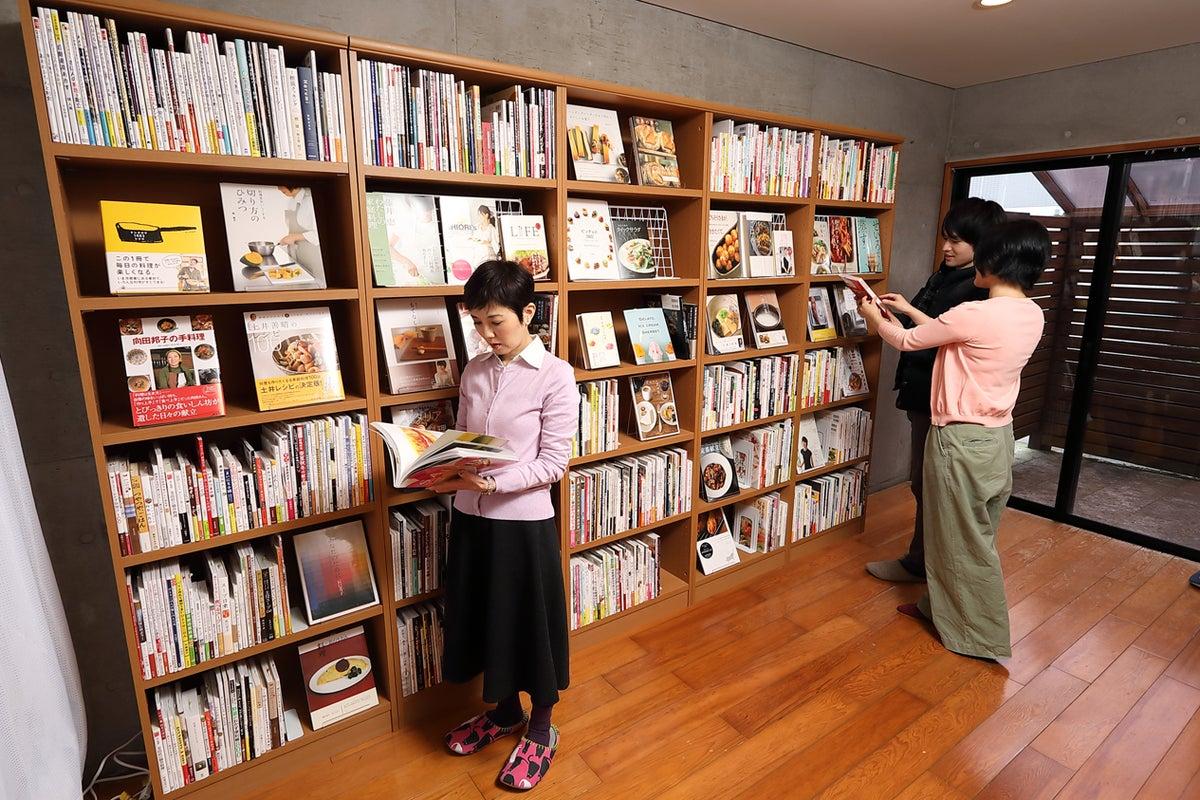 【自由が丘】清潔感あふれるキッチンスペース+「食」の本屋が融合! の写真