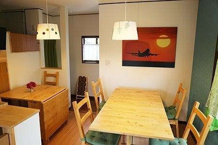 外階段で出入りができるキッチンもある2階のスペースです。階段上がったところの外ベランダも使えます。 の写真