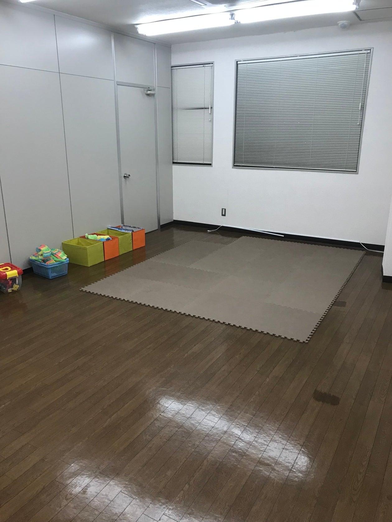 最大20名収容の日当たりが良い快適な空間!!駐車場30台完備。研修、会議、塾、倉庫、事務所などで使用できる多目的ルームです! の写真