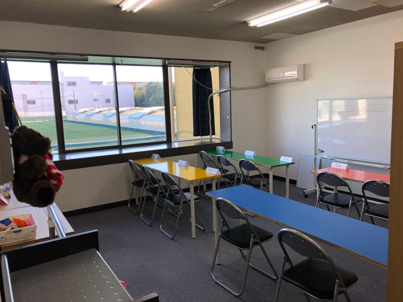 教室設備、冷蔵庫、テレビ、電子レンジまで完備。専用トイレあり