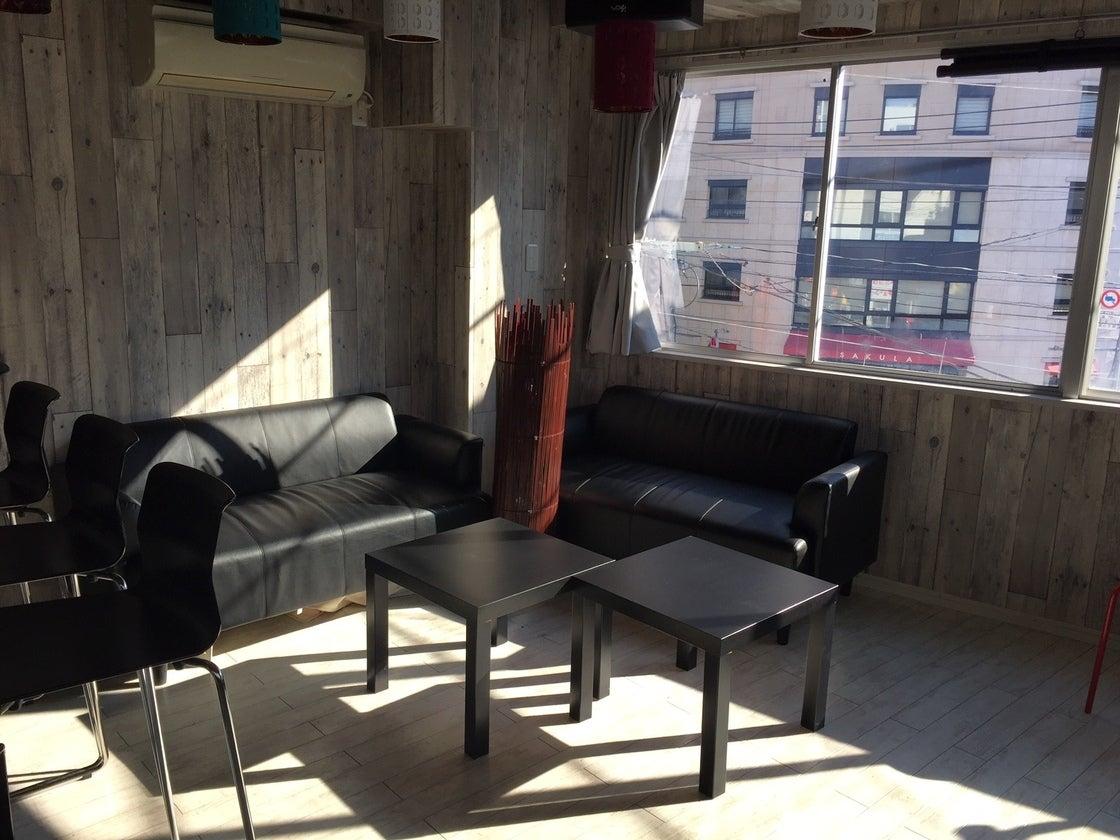 【中野駅 徒歩4分】自然光豊かな明るい木目調のキッチン付きスペース♪《即お返事いたします》 の写真