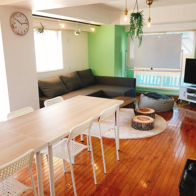 テーブルでお食事したり、ソファーでゆったり休憩できる広々スペースです