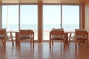 水平線が見える海辺のログハウス の写真