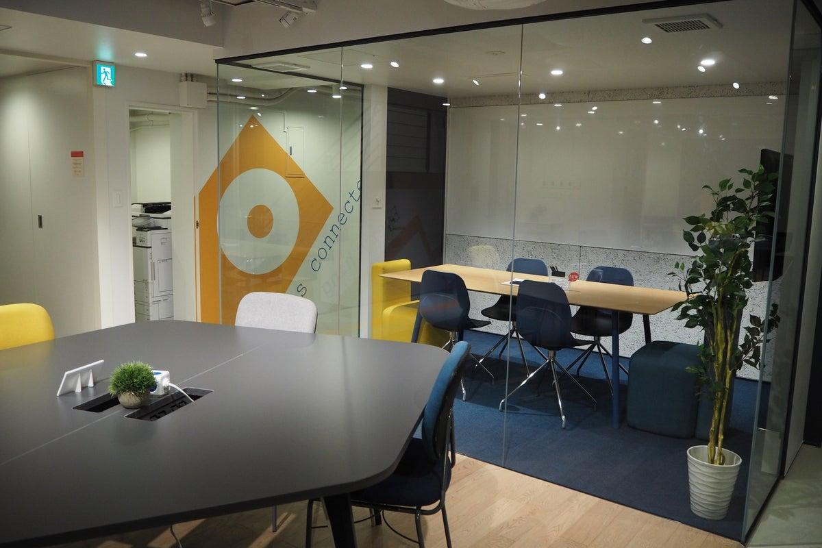 《六本木駅徒歩五分》スタイリッシュな会議室 wi-fi・モニター・ホワイトボード完備・本格派カフェ併設〈6名〉 の写真