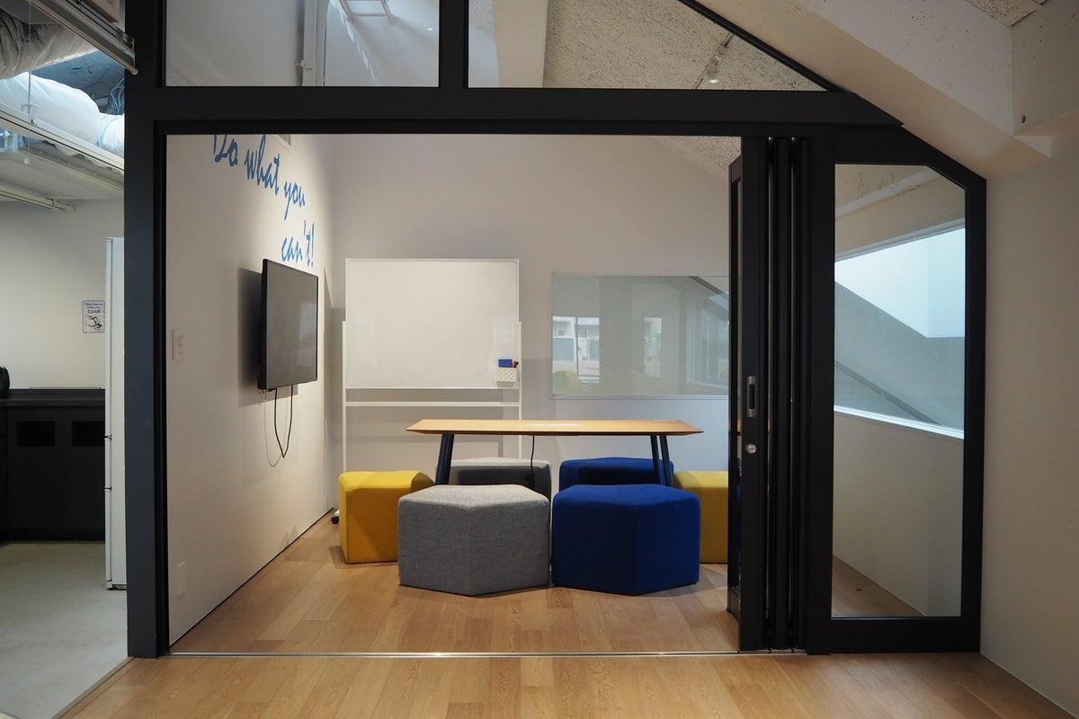 《六本木駅徒歩五分》◆開放感溢れる会議室 wifi・モニター・ホワイトボード完備・本格派カフェ併設〈6名〉 の写真