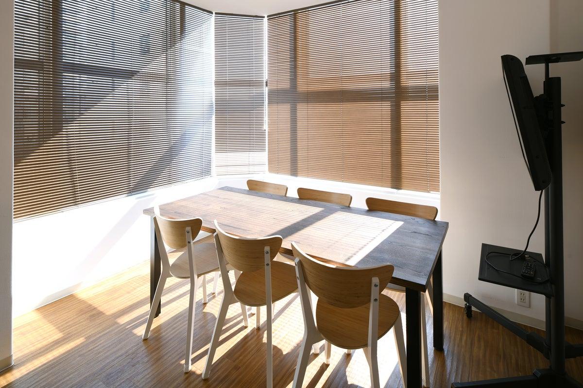 小会議室A / 大きな窓があり明るく開放的。6名まで の写真
