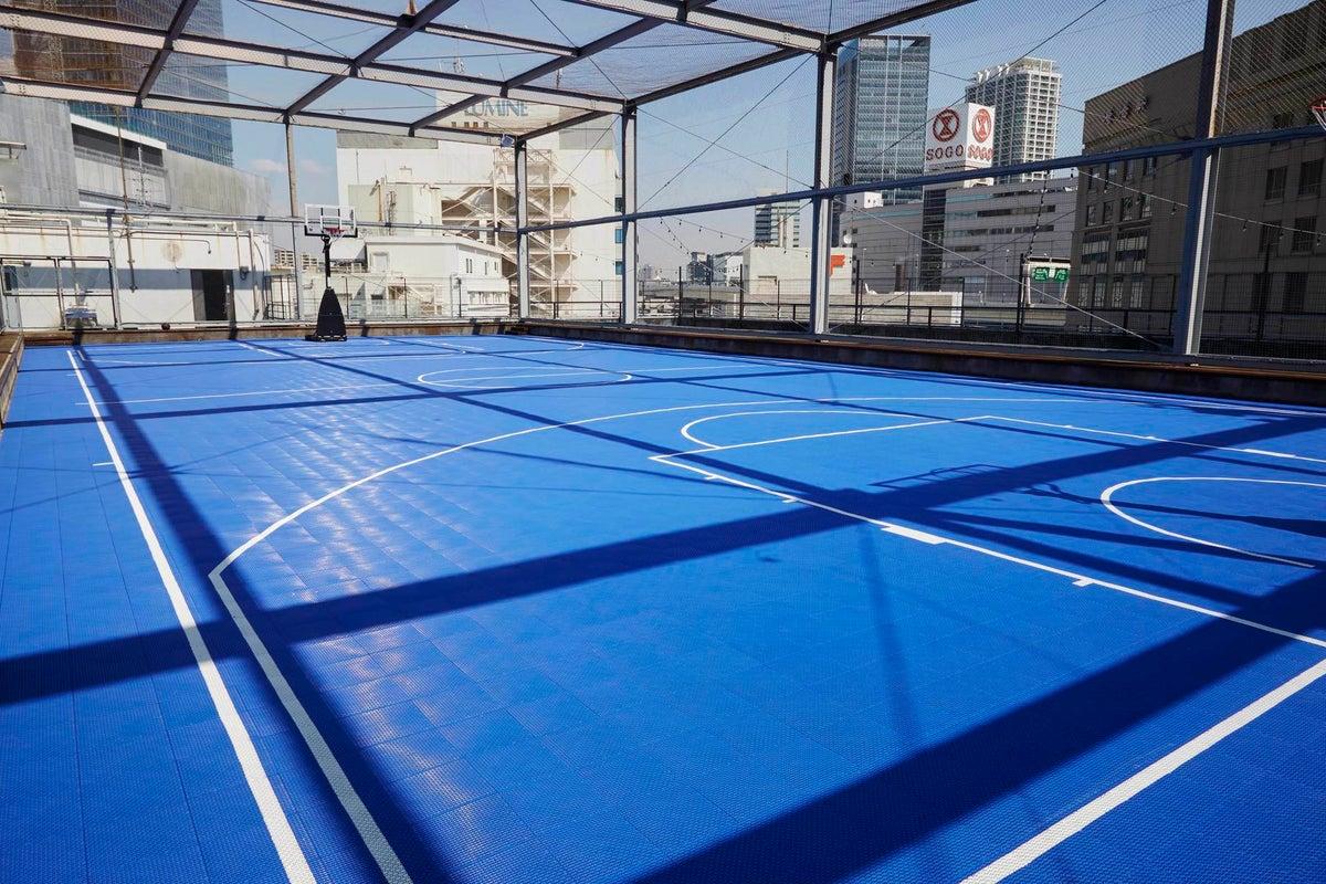 【横浜駅直結】アクセス抜群!ビル屋上のバスケットコートでスポーツ・イベント・撮影などに! の写真