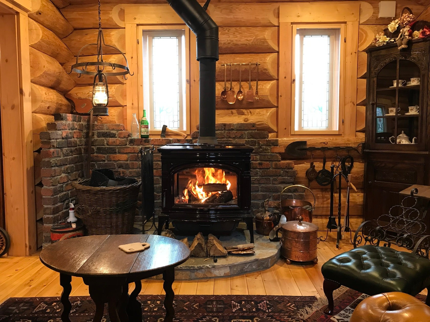 ログハウス住宅 アンティークの家具 薪ストーブ3台設置 の写真