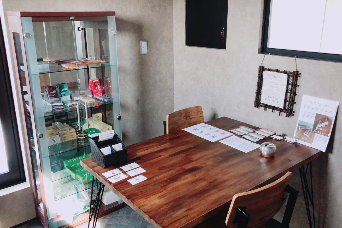 キッチン付きカフェスペース。駐車場たっぷり完備。タバコルーム完備。お皿も無料でご用意しております。 の写真