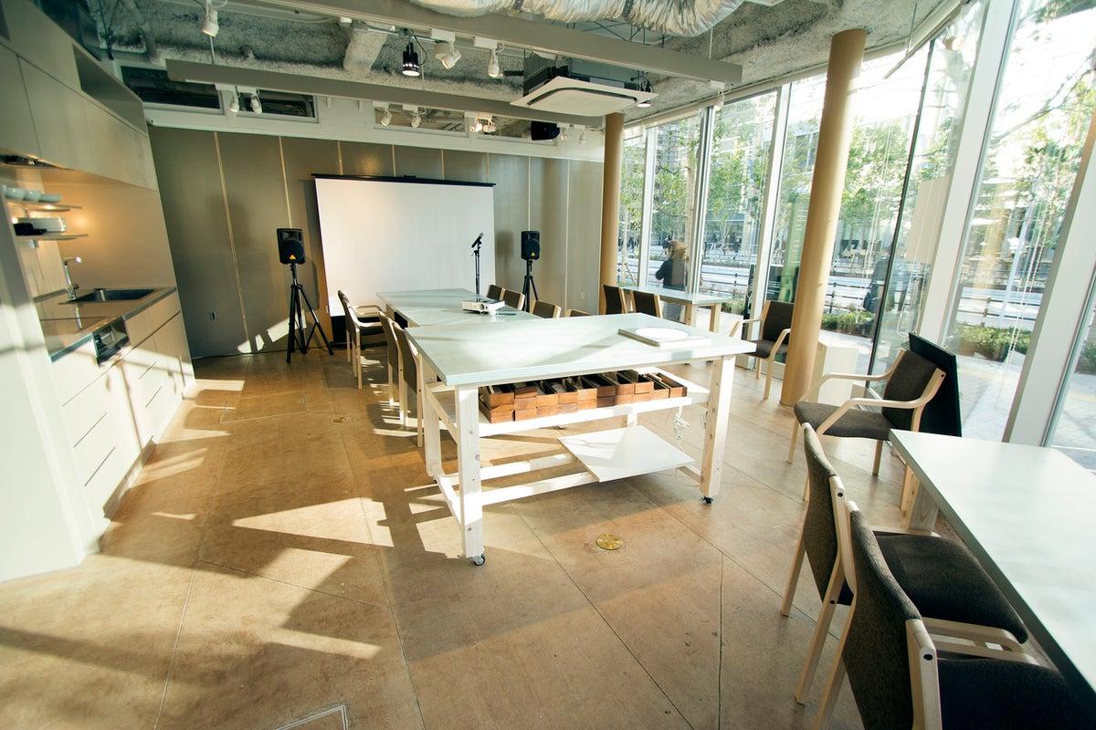【大崎】ROOM1/キッチンつき★ガラス張りで開放的!テレワーク、会議、ママ会、オンラインセミナー、ランチ会などに。 の写真
