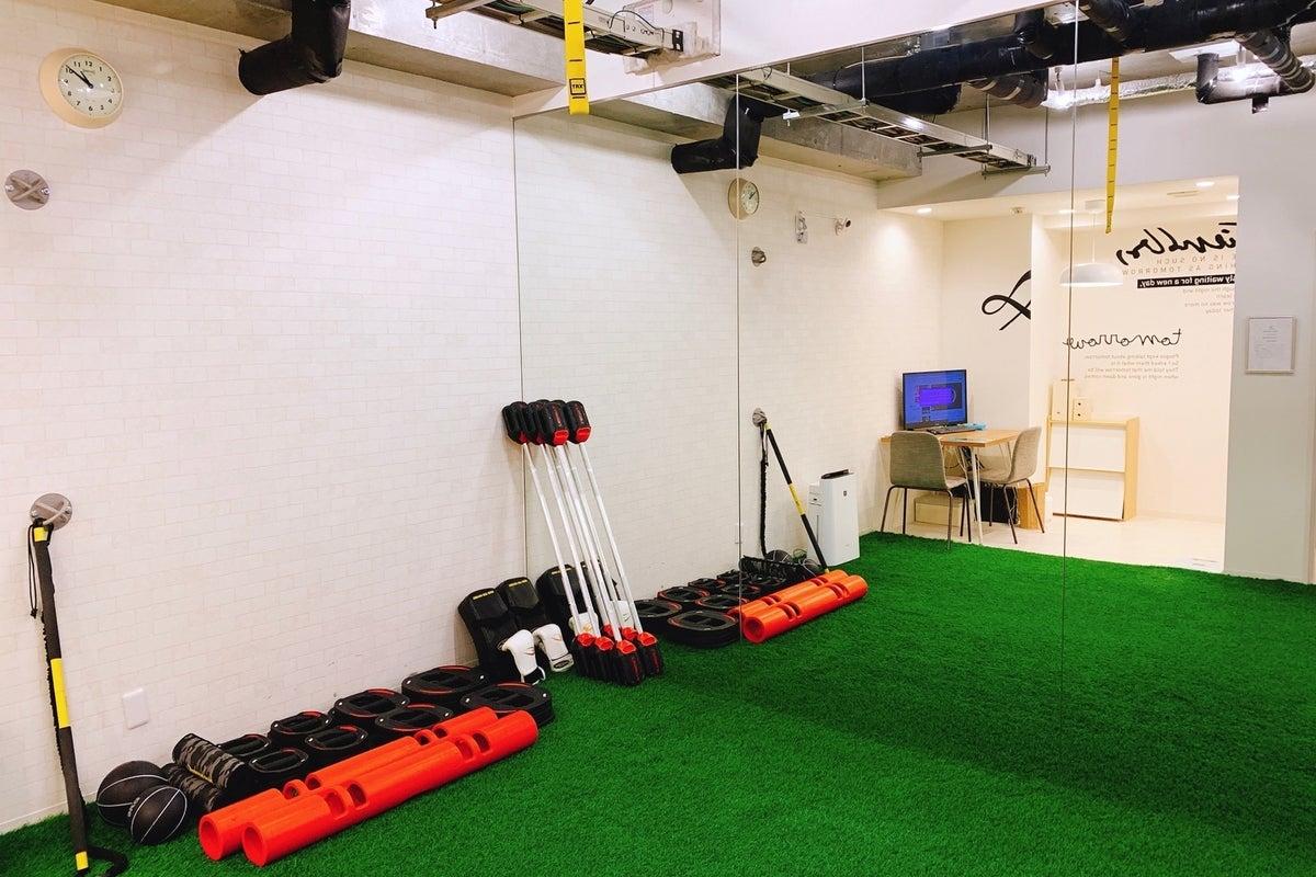 新大阪 人口芝を敷設し、大型鏡を設置したトレーニングスペースです の写真