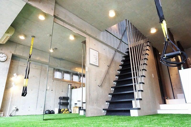 天六 人口芝を敷設し、大型鏡を設置したトレーニングスペースです。 の写真
