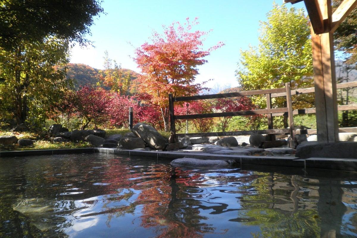 北アルプスを望む温泉施設「薬師の湯」内のラウンジスペースです。 の写真