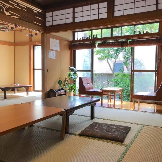 広々とした明るい和室です。縁側から緑豊かな庭を臨めます。