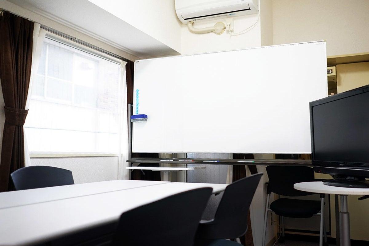 オープンでキレイ★新宿新南口徒歩4分★32インチモニタ、冷蔵庫■ハイグレード■新宿スマート会議室■ の写真