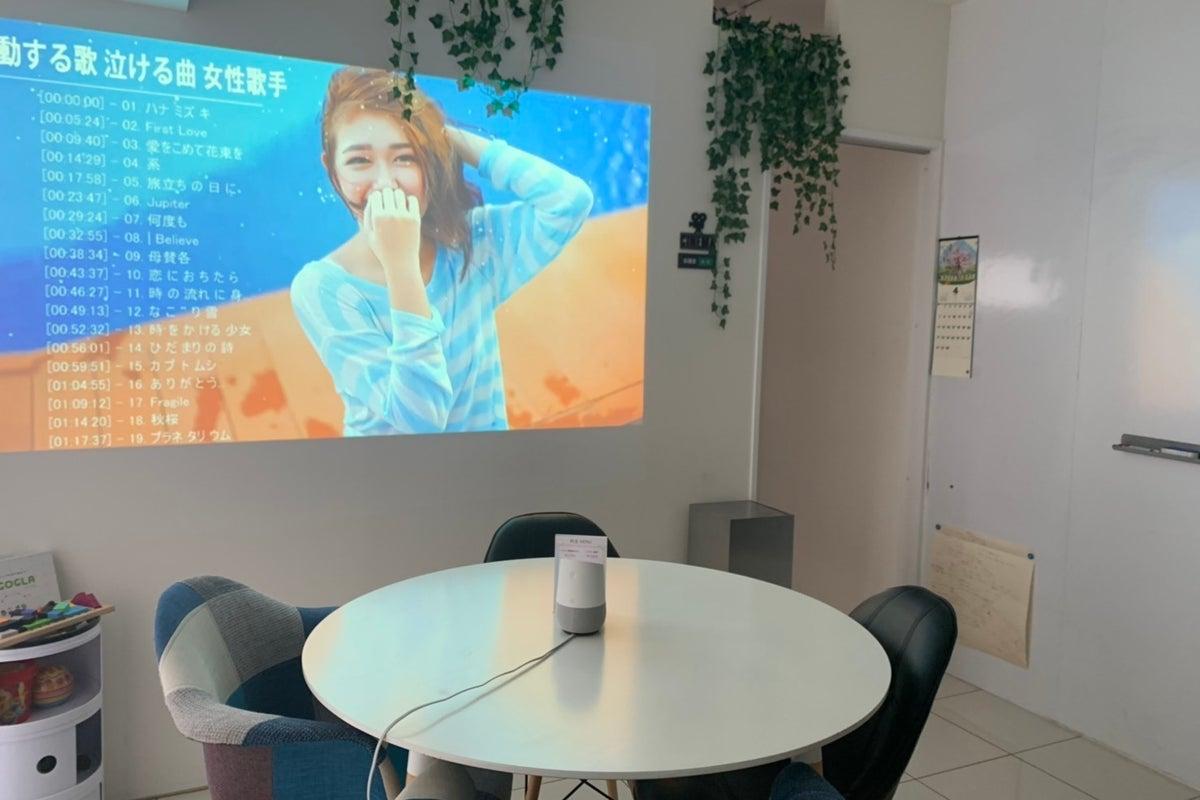 壁一面ホワイトボードのおしゃれなオフィス空間でダーツやカラオケまで楽しめる! プロジェクター有 の写真