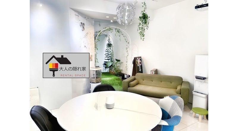 壁一面ホワイトボードのおしゃれなオフィス空間でダーツやカラオケまで楽しめる! プロジェクター有