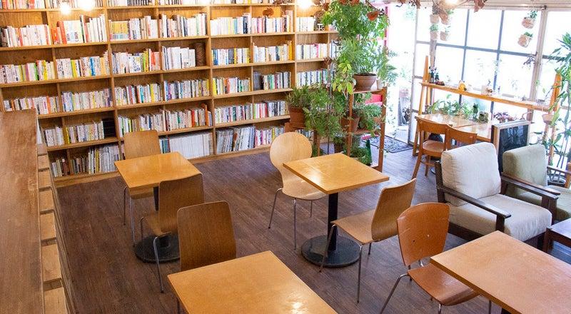 magari~カフェスタジオ~壁一面に本棚のある調理・飲食が可能な撮影スタジオ