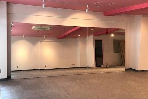 レッスンスタジオ 鏡あり ピンクでかわいい の写真