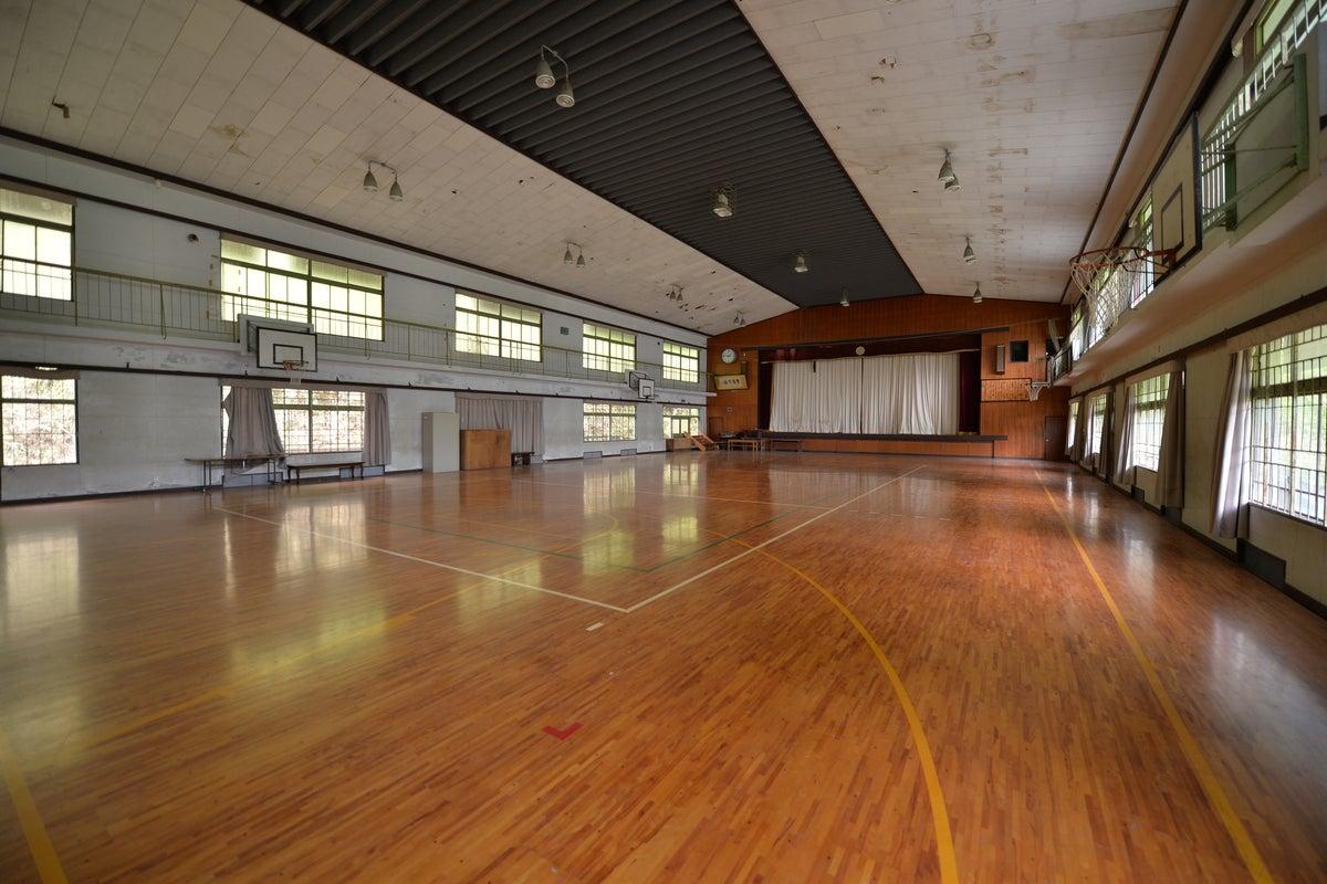 築100年近い木造校舎の「体育館」スポーツ、コスプレ撮影、ドローン練習など大歓迎(※ボールやバレーネットなど備品なし) の写真