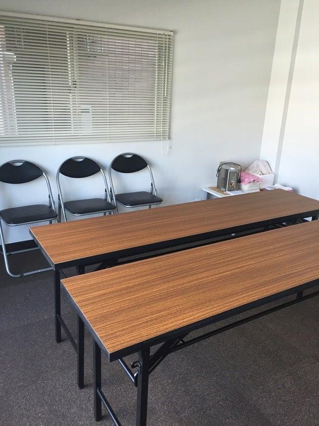 机は2台、椅子は7脚あります。