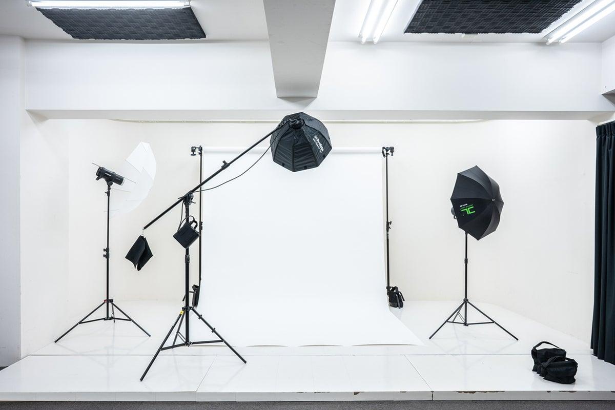 【四ッ谷】【白ホリ・グリーンバック・屋上】【65型モニター無料】【生配信・人物撮影・セミナー配信・物撮りに最適】 の写真