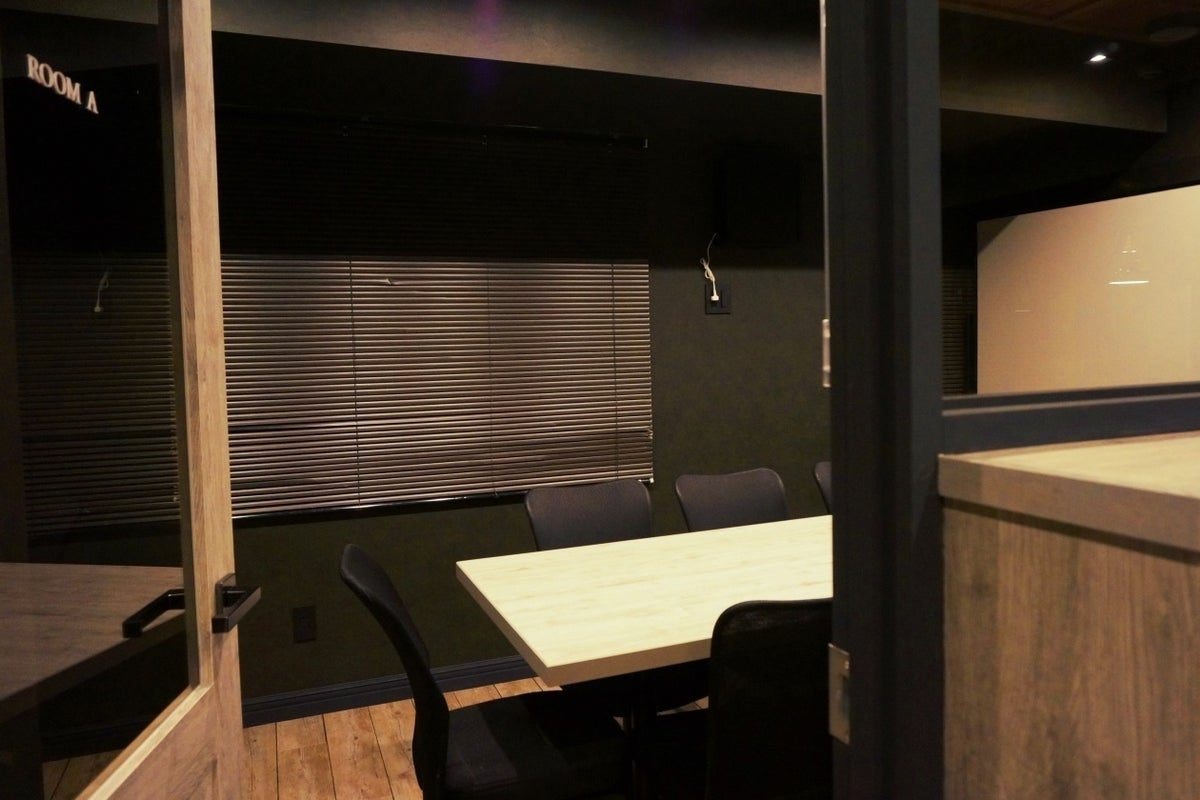 電源・Wi-Fi完備!モニター・ホワイトボード無料貸出!8名まで入室可能な会議室(RoomA) の写真