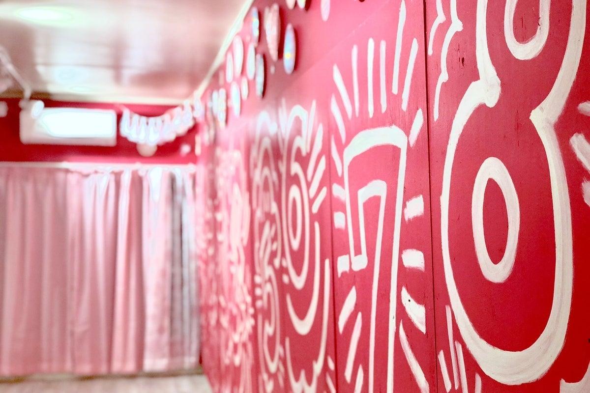 マゼンタピンクのポップでかわいいスタジオ!鏡張り、Wi-Fi完備 の写真
