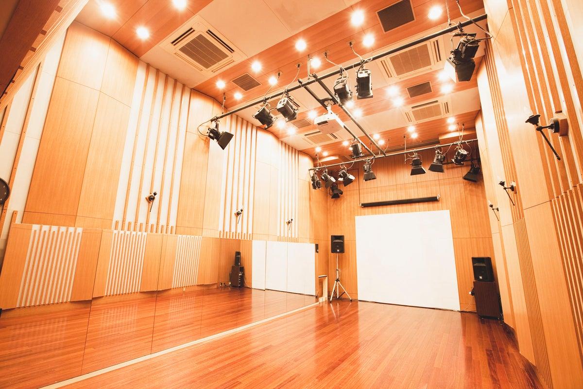 プロ使用実績多数!YouTube撮影利用も可!!自然木仕様の内装・天井高5m・グランドピアノ・鏡張り・内見可 の写真